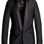 Giacca di colore nero e blu scuro, uno o due petti, revers in seta a punta lancia o collo a scialle.