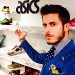 Marco Taddei nello showroom Asics indossa la cravatta L'Avvocato