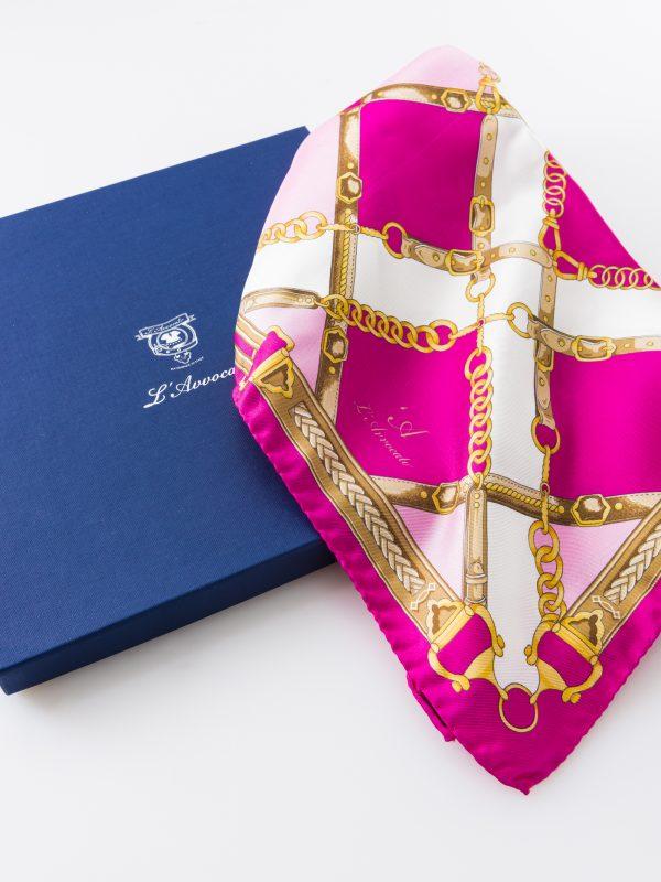 Carré Ginevra rosa, dettaglio logo e confezione