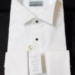 Camicia con sparato pieghettato o con inserto in piqué, colletto ad alette e polsini semplici abbottonati con gemelli.