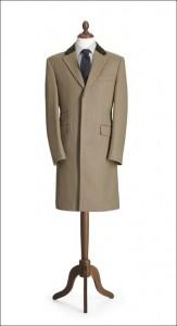 Il Covert: cappotto stretto e corto, in twill leggero.