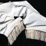 Sciarpa in seta bianca da indossare sotto al cappotto e tolta insieme a quest'ultimo.