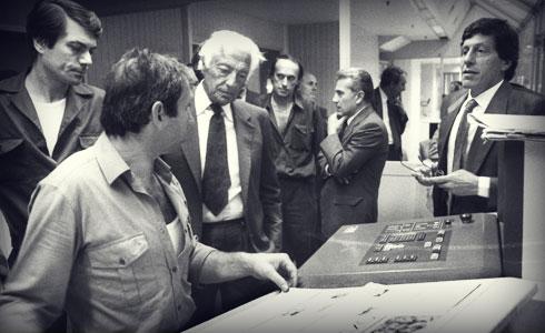 1989. Gianni Agnelli in visita presso la redazione de La Stampa in via Giordano Bruno a Torino.