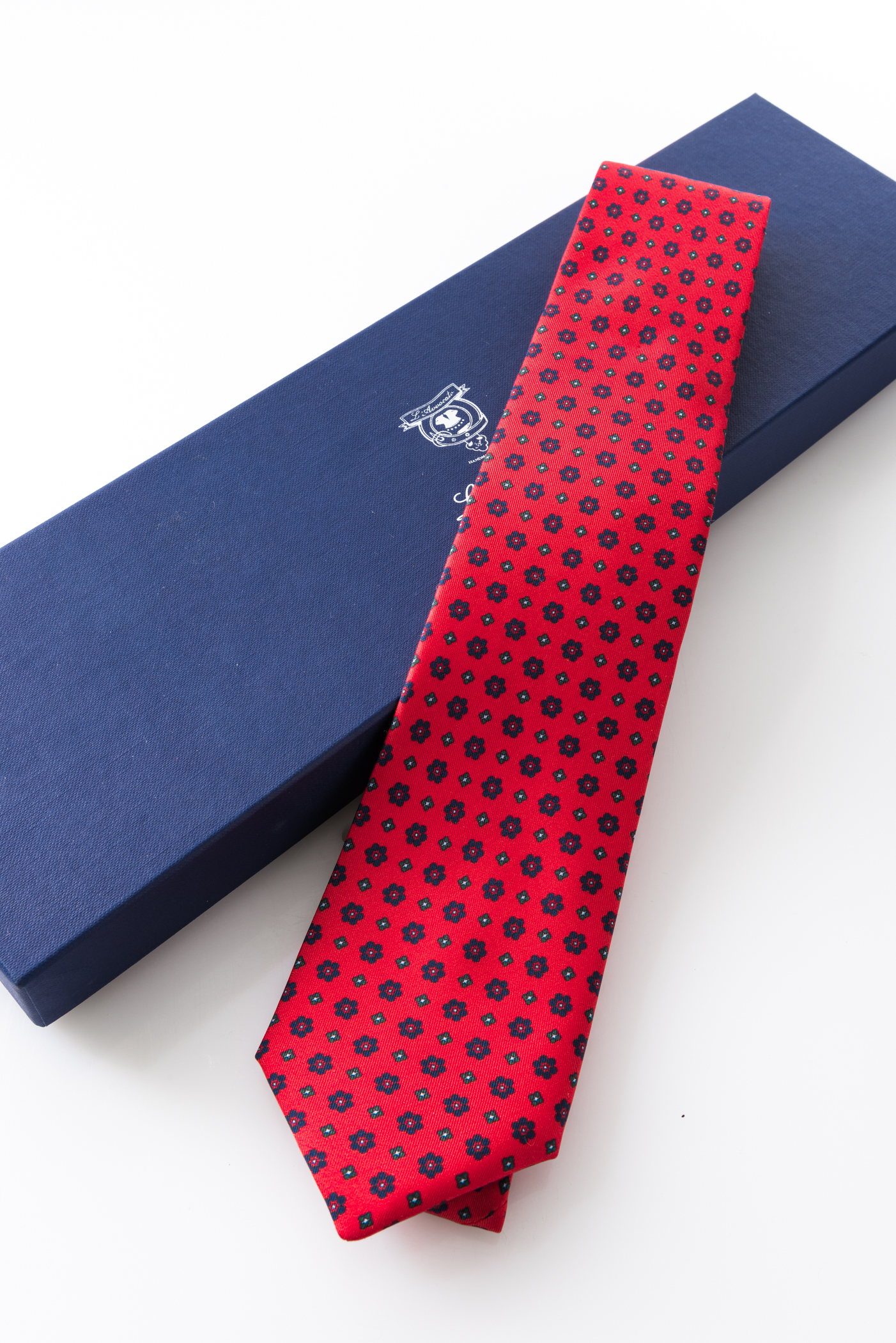 Seven-fold Tie – Clara Rosso – and its packaging