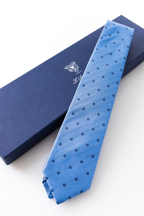 Cravatta Urbano Celeste. Dettaglio con confezione.