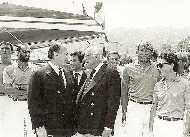 Gianni-Agnelli-e-lAga-Khan al varo di Azzurra in assoluto il primo sfidante italiano per la Coppa America. Siamo nel 1983. A destra con la barba il timoniere Mauro Pelaschier.