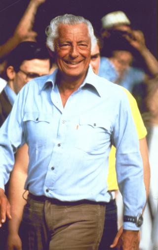 Gianni Agnelli in veste casual a Villar Perosa nell'agosto del 1982.