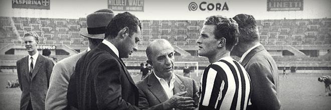 Gianni sul campo della Juventus con Boniperti e, al centro, il dirigente Sandro Zambelli.