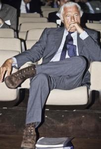 Giovanni Agnelli indossa i suoi polacchini in suede stringati.