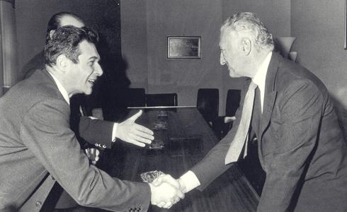 Il rapporto che nacque tra noi era anche personale, oltre che politico. Gianni Agnelli e Luciano Lama, leader della CGIL, sanciscono l'accordo sul punto unico di contingenza.