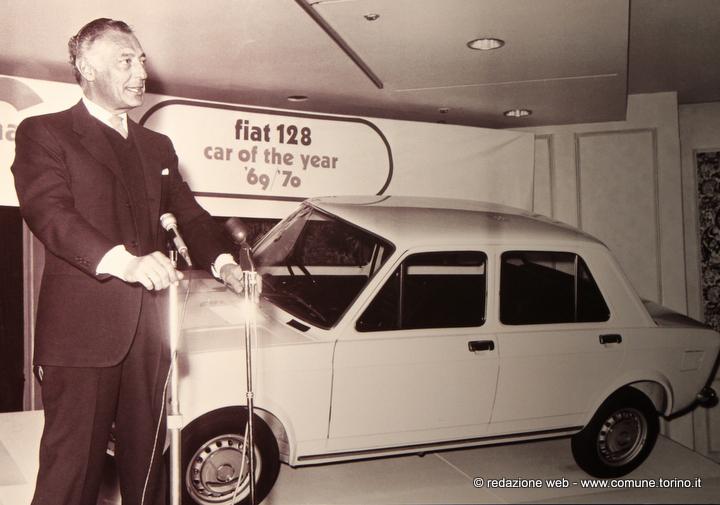 Marzo 1970. L'Avvocato ritira a Londra il premio come vettura dell'anno per la 128.