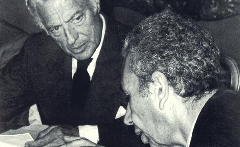 Nel 1976, a Roma, con il primo ministro Aldo Moro per discutere la difficile situazione economica italiana.