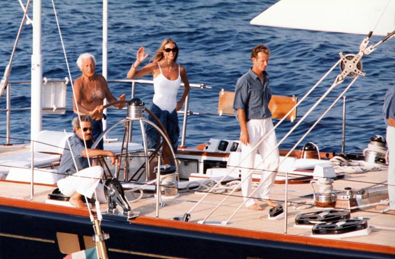 Saint Tropez anni '90 - Gianni Agnelli con la modella Elle Mc Pherson e Tim Jeffries sul suo yacht