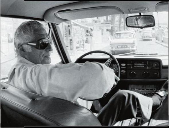 nel 1975 con un paio di occhiali da sole statement