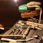 Il primo passo sulle orme dell'eleganza - banco di lavoro del calzolaio e i suoi attrezzi