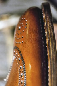 Il primo passo sulle orme dell'eleganza -dettaglio della punta di una scarpa artigianale