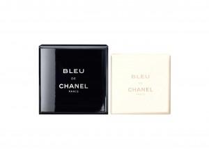 Bleu de Chanel, a contatto con l'acqua si trasforma in una schiuma delicata, Chanel (42 euro, www.chanel.com)