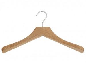 Gruccia in legno- consigli su come organizzare il guardaroba
