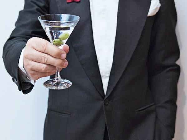 """Sante Speranza, capo della prefettura bolognese del Cavalleresco ordine dei guardiani delle nove porte, porge una coppa da Martini durante l'evento """"Ave Martini"""" organizzato a Bologna, rigorosamente in smoking"""