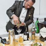 Il mixology manager di Velier, Dom Costa, mentre prepara alcuni Martini con il profumatissimo Gin scozzese Hendrick's.