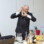 """Il barman Antonio Pitucci all'opera durante l' """"Ave Martini"""" di Bologna."""