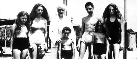 On holiday in Forte dei Marmi in the thirties with his brothers , sisters and grandmother Jane .
