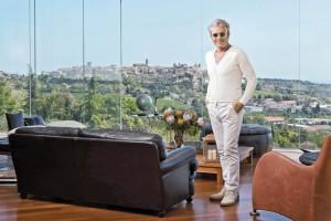 Cesare Paciotti nel soggiorno della sua casa