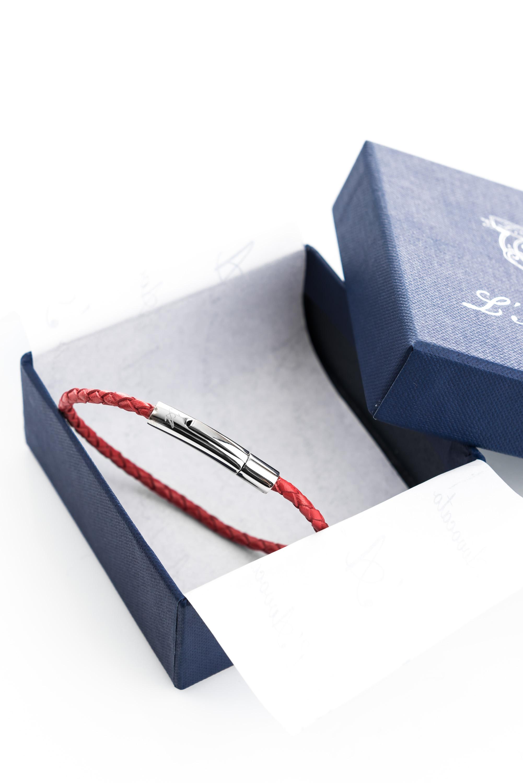 """Vowen red leather bracelet """"Skin"""" L'Avvocato in  its packaging."""