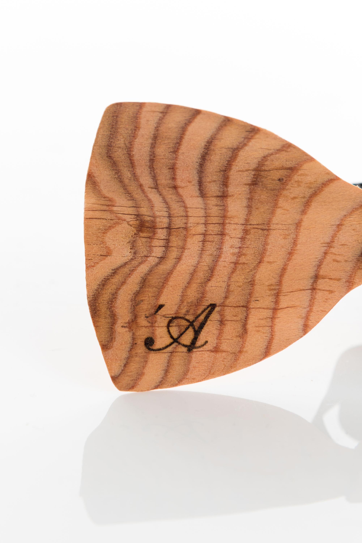 Brando – wooden bow tie – \'A logo detail