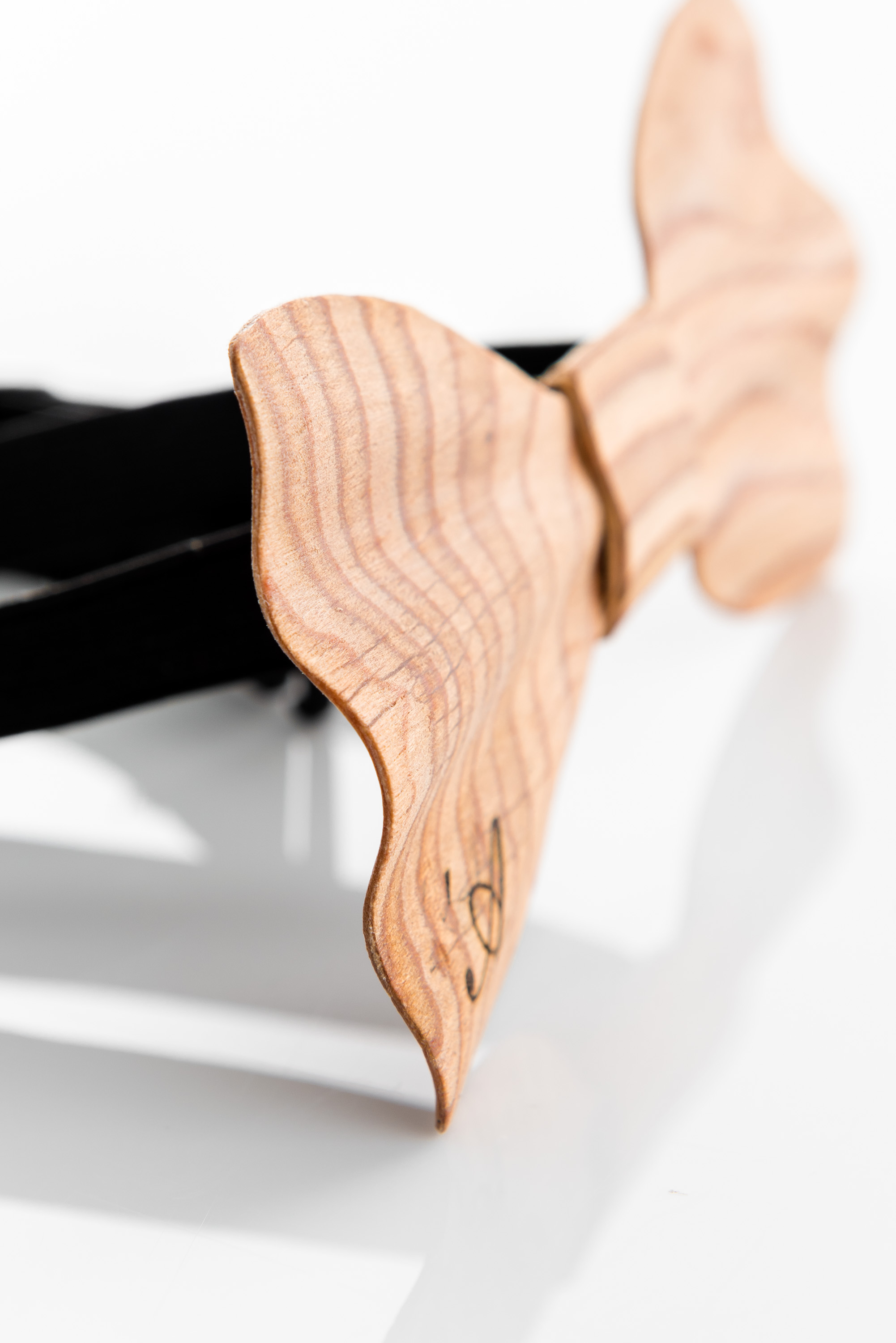 Brando – wooden bow tie – depth detail