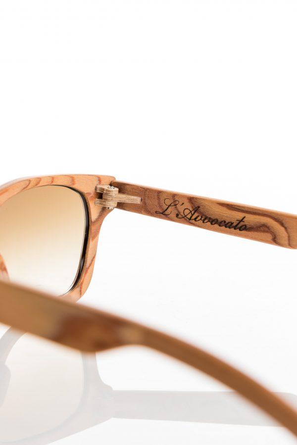 Stealth – Occhiale in legno – dettaglio della cerniera in legno e logo l'Avvocato